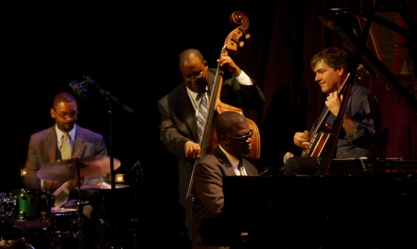 The Marcus Roberts Trio (L to R Jason Marsalis, drums; Rodney Jordan, bass; Marcus Roberts, piano ) with Béla Fleck (banjo) on Sept. 7, 2012 at Dimitriou's Jazz Alley in Seattle (photo by sea turtle, Flickr Creative Commons)
