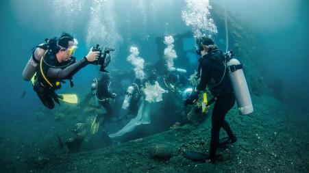 Benjamin Von Wong in an underwater shoot (photo by Mike Veitch)