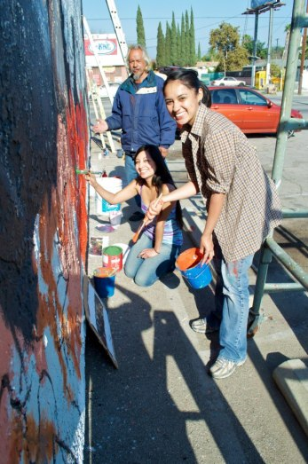 Volunteers helping out with a mural (photo by Javier Martinez)