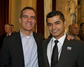 Ponce with Los Angeles Mayor Eric Garcetti (L) in 2013 (photo by Kevin Taylor)
