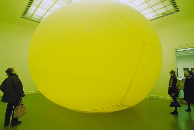 """Die Story über den Freund vom Sohn der deutschen Synchronstimme von Robert de Niro"" (1995), latex air balloon, 500 x 600 x 700 cm, part of the exhibition ""Urbane Legenden - Berlin"" in the Staatlichen Kunsthalle Baden-Baden (photo by Hans Hemmert)"