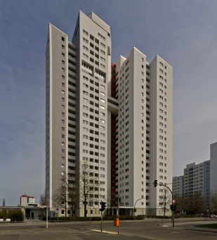 Highrise apartment building in Gropiusstadt in 2013 (photo by Alexander Savin, public domain)