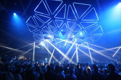 The Hakkasan Grid designed by Christopher Bauder, at the Las Vegas nightclub Hakkasan in 2019 (photo by WHITEvoid)