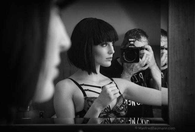Manfred Baumann photographing model Kim Hnizdo (photo by Manfred Baumann)